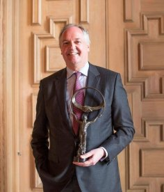 Unilever CEO Paul Polman accepts Business for Peace Award